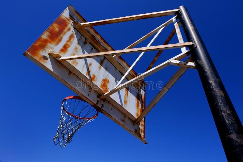 Rusted Rusty Old Basketball Hoop utanför Blue Sky royaltyfri bild