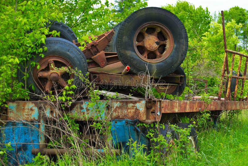 Rusted Werkzeug in einem verlassenen Anhänger der Scheune halb bewirtschaftend gebrochen lizenzfreie stockfotografie