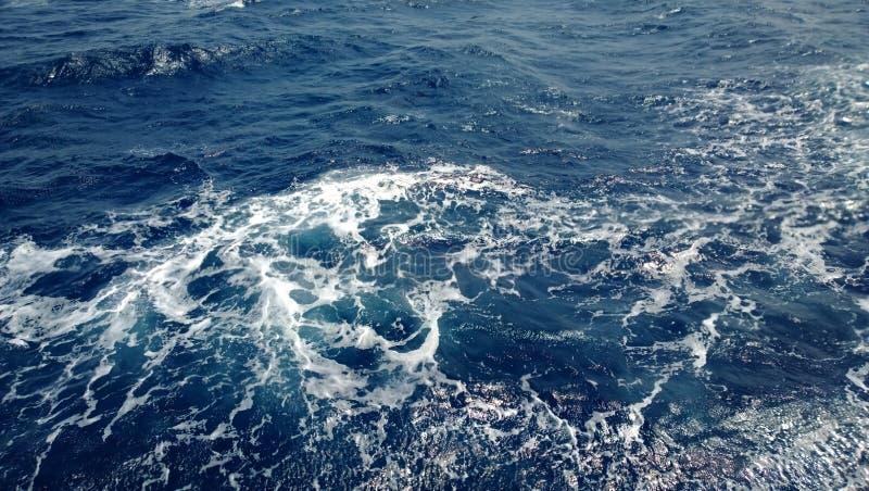 Rusteloze kleine golven in het overzees - mening van het schip royalty-vrije stock afbeeldingen