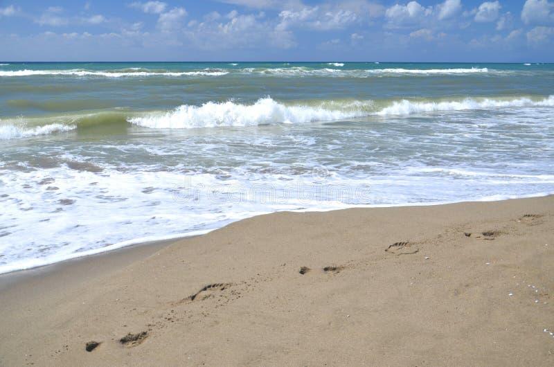 Rusteloze overzees op zandig strand Marina di Vecchiano nabijgelegen Pisa in Italië royalty-vrije stock afbeeldingen