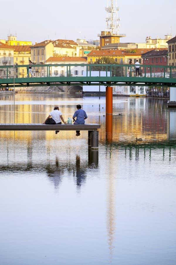 Rustend in de stad van Darsena Milaan, de zomernacht Het beeld van de kleur stock afbeelding