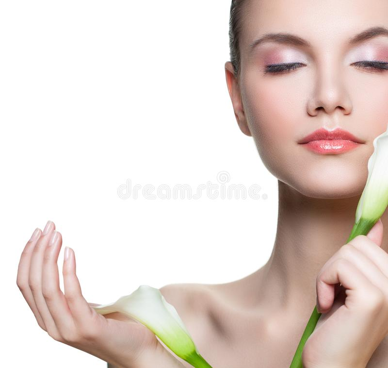 Rustende die vrouw met bloem op witte achtergrond wordt geïsoleerd Mooi vrouwelijk modelgezicht met gezonde huid Gezichtsbehandel stock afbeeldingen