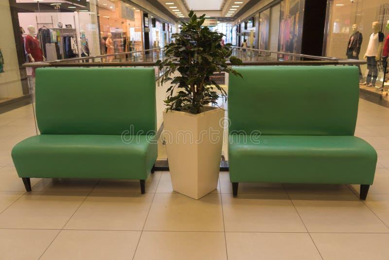 Rustende plaats in de Wandelgalerij Banken voor rust royalty-vrije stock foto's