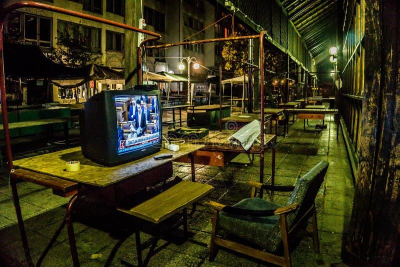 Rustende Plaats met een televisie die tot een nachtwacht die behoren in Eger, Hongarije de de marktzaal van de stad in middernach royalty-vrije stock afbeelding