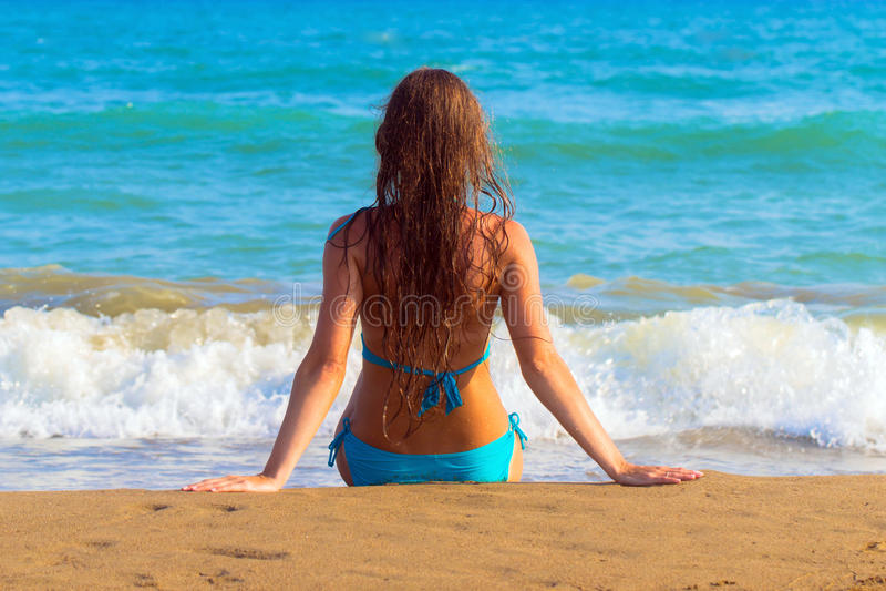 Rustende vrouw tegen overzeese achtergrond Achter mening stock fotografie