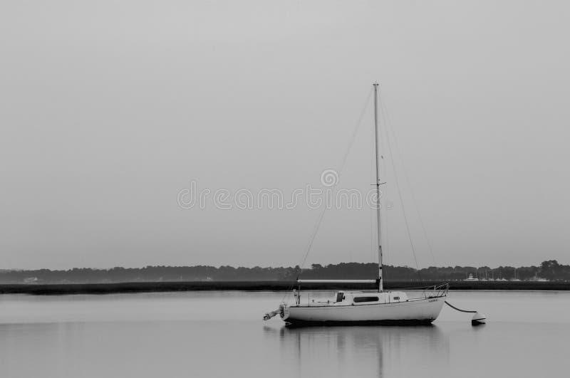 Rustende Zeilboot stock foto