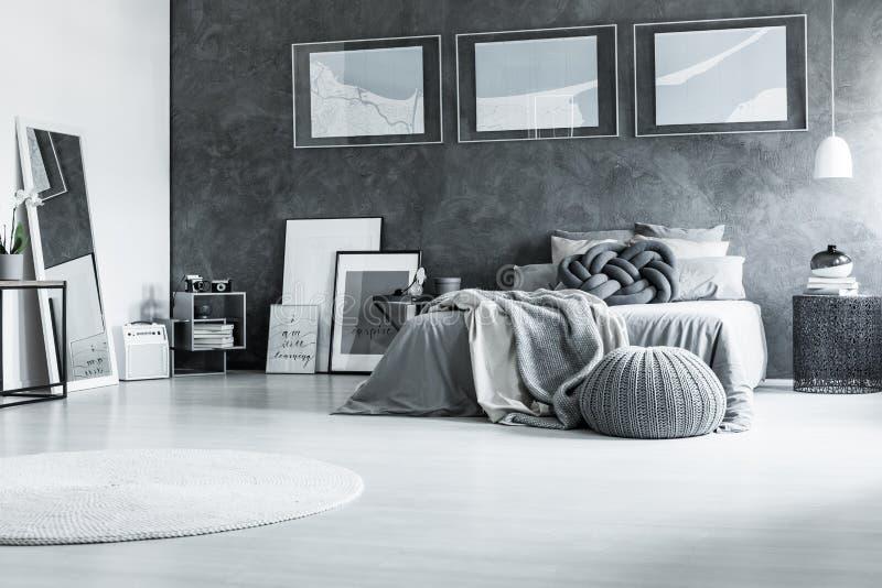 Rustgevende Zwart-witte Slaapkamer Stock Foto - Afbeelding bestaande ...