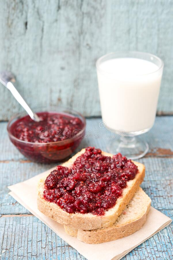 Rustic Breakfast, pane con marmellata e latte su una tavola di legno fotografia stock libera da diritti