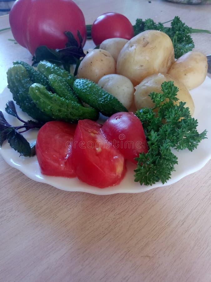 Rustic Lunch de Young fervida batatas e legumes frescos fotos de stock royalty free