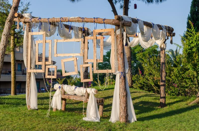 Rustic Wedding Photo Booth-set buiten Houten bank met hangende houten frames als achtergrond stock foto