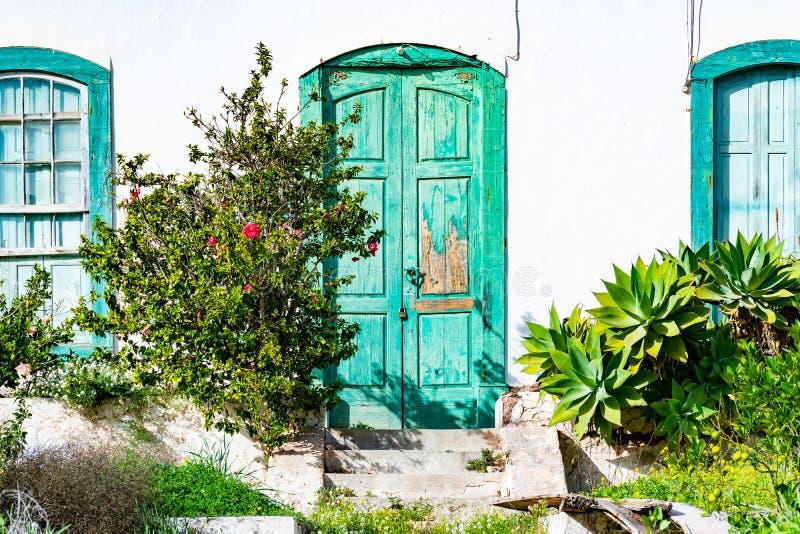 Rustical verliet oud huis met doorstane groene deur in Mooi dorp van Haria, Lanzarote, Canarische Eilanden, Spanje royalty-vrije stock foto's