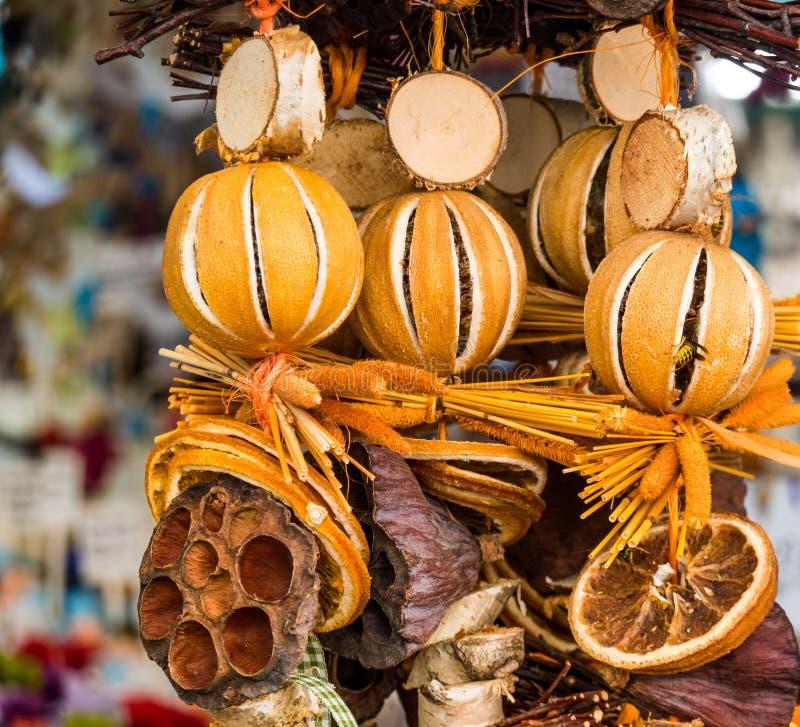 Rustiek Autumn Fall Decoration van Plantaardige Elementen, met droge sinaasappelen en houten delen royalty-vrije stock afbeeldingen