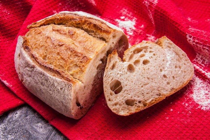 Rustiek brood met rode keukenhanddoeken Buitenhuisstijl authentiek stock afbeeldingen