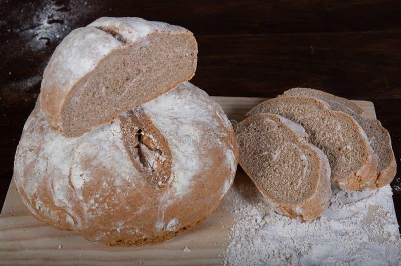 Rustiek eigengemaakt brood van volkorenmeel gespelde bloem royalty-vrije stock afbeelding