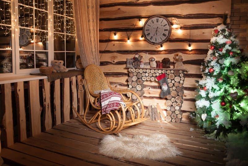 Rustiek huis in Kerstmistijd Het seizoen van de de wintervakantie verfraaid stock foto's