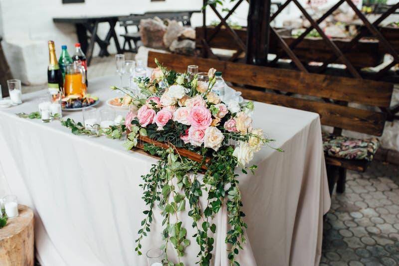 Rustiek huwelijksdecor op een houtachtergrond Hoofdlijst die voor bruid en bruidegomjonggehuwden plaatsen stock afbeeldingen