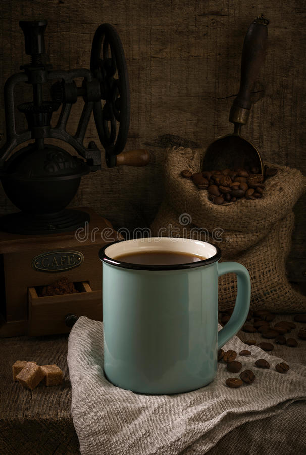 Rustiek stilleven met koffie op de ruwe houten achtergrond royalty-vrije stock afbeelding