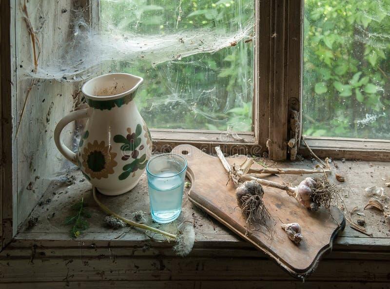 Rustiek stilleven met waterkruik stock afbeelding