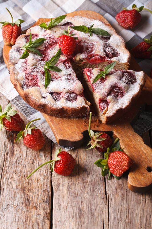 Rustieke aardbei zoete cake op een scherpe raad royalty-vrije stock foto