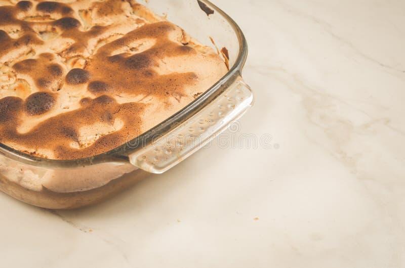 Rustieke bundtcake met appel/Rustieke bundtcake met appel in een glaspallet op een marmeren lijst, exemplaarruimte royalty-vrije stock fotografie