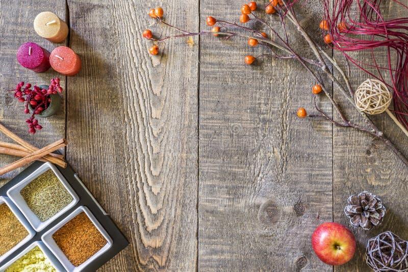 Rustieke dalings houten achtergrond met kruiden, kaarsen, bessen, app royalty-vrije stock fotografie