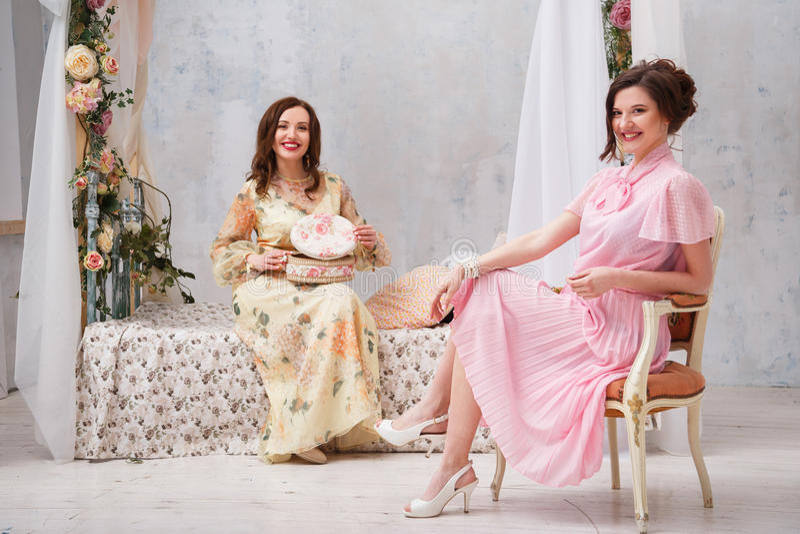 Rustieke de stijlpartij van vrouwen thuis Slaapkamer binnenlands, hoog bed met boog van bloemen royalty-vrije stock foto