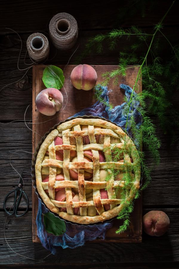 Rustieke en zoete die scherp met perziken van verse ingrediënten worden gemaakt royalty-vrije stock afbeeldingen