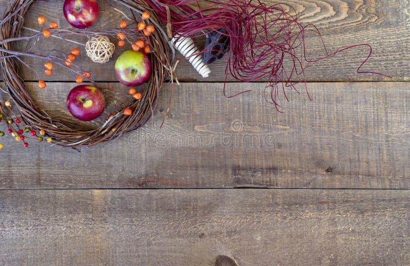 Rustieke houten de herfstachtergrond, mening van hierboven met takjekroon, stock afbeeldingen