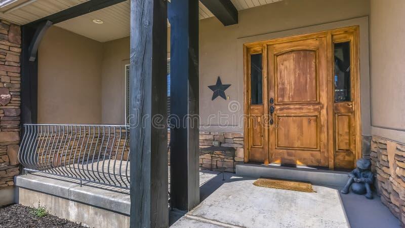 Rustieke houten deur van een huis met een zonovergoten portiek royalty-vrije stock afbeeldingen