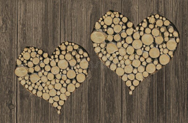 Rustieke houten die achtergrond met harten, met logboeken worden gevuld stock fotografie