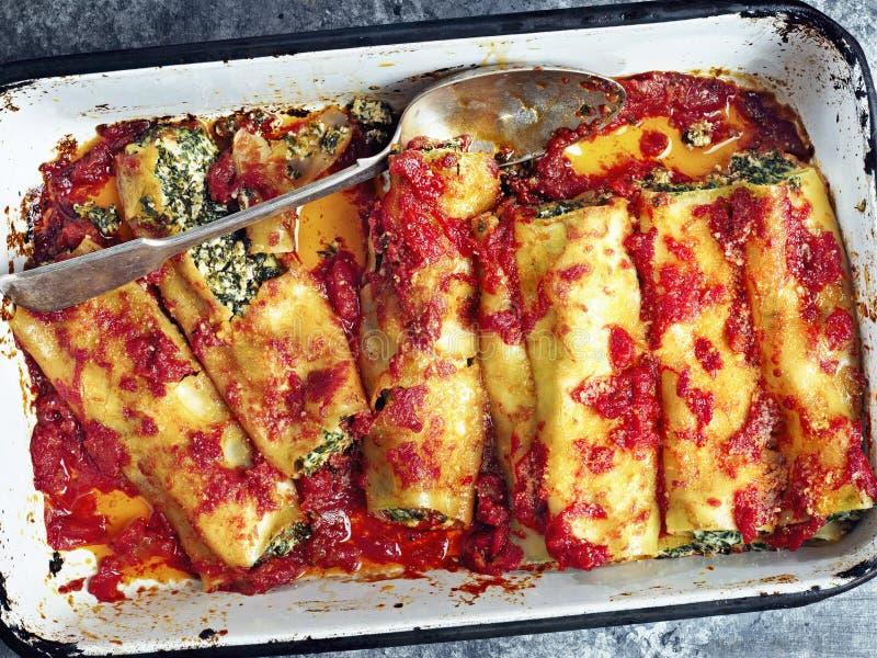Rustieke Italiaanse de cannelloniendeegwaren van spinaziericotta stock fotografie