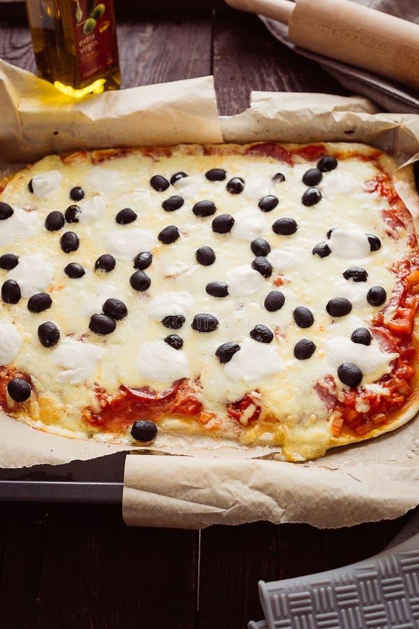 Rustieke Italiaanse Pepperonispizza met Mozarella, Kaas en Basil Leaves, Verticale Mening stock afbeelding