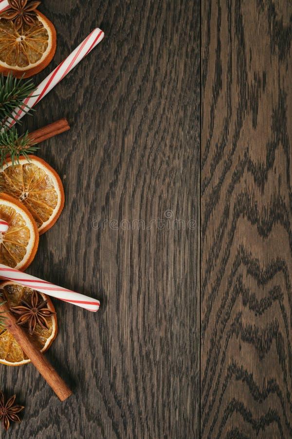 Rustieke Kerstmisdecoratie op oude eiken lijst royalty-vrije stock fotografie