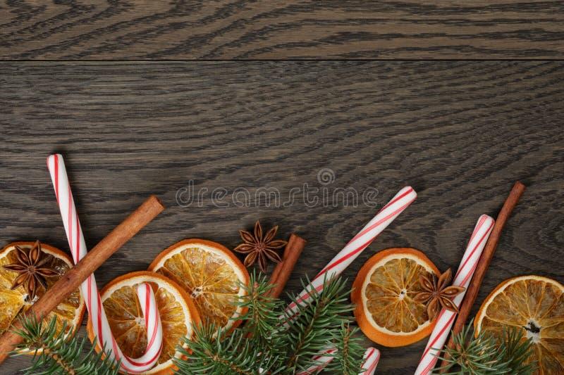 Rustieke Kerstmisdecoratie op oude eiken lijst stock afbeelding