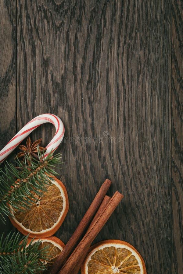 Rustieke Kerstmisdecoratie op oude eiken lijst royalty-vrije stock foto's