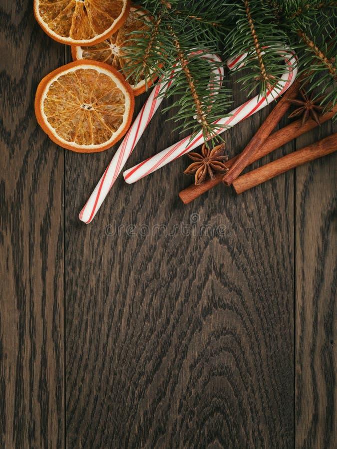 Rustieke Kerstmisdecoratie op oude eiken lijst stock fotografie