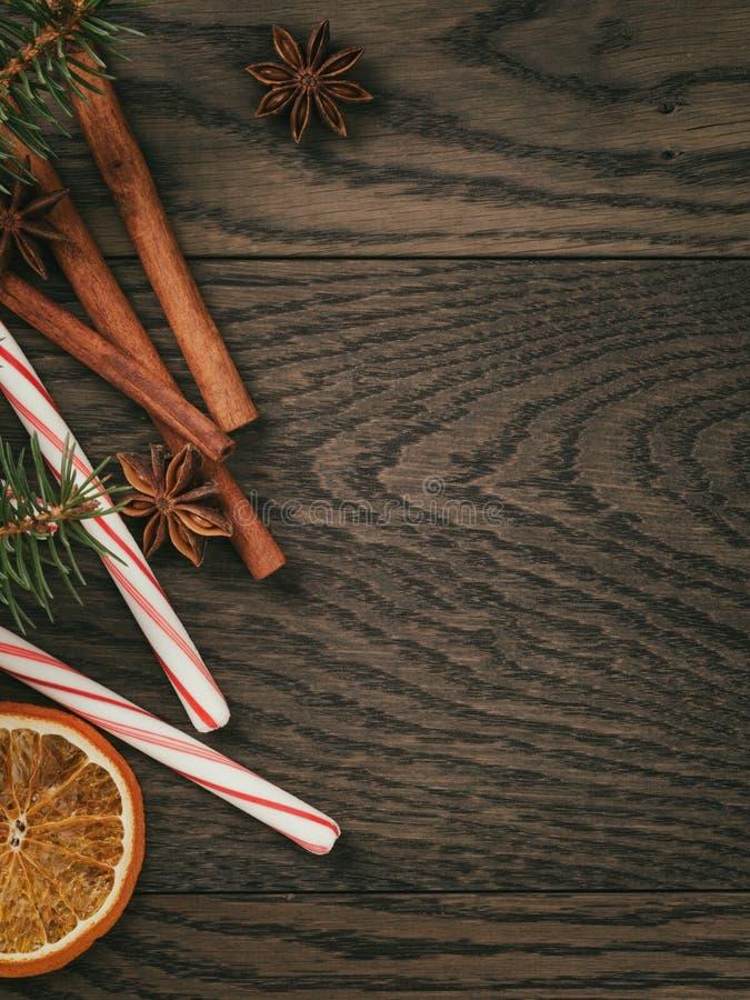 Rustieke Kerstmisdecoratie op oude eiken lijst royalty-vrije stock afbeelding