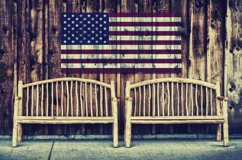 Rustieke Logboekbanken met Retro vlag van de V.S. - royalty-vrije stock foto