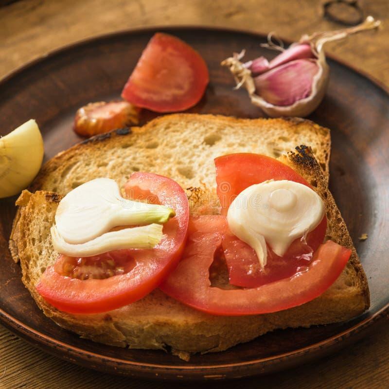 Rustieke sandwich met tomaten en uien stock foto's