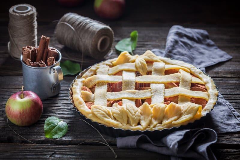 Rustieke scherp met appelen met kaneel en verse vruchten stock foto's