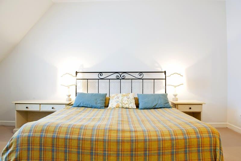 Rustieke slaapkamer stock foto. Afbeelding bestaande uit dekking ...