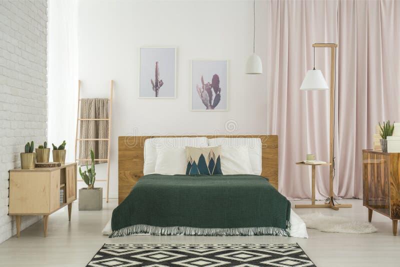 Rustieke slaapkamer met houten meubilair stock foto