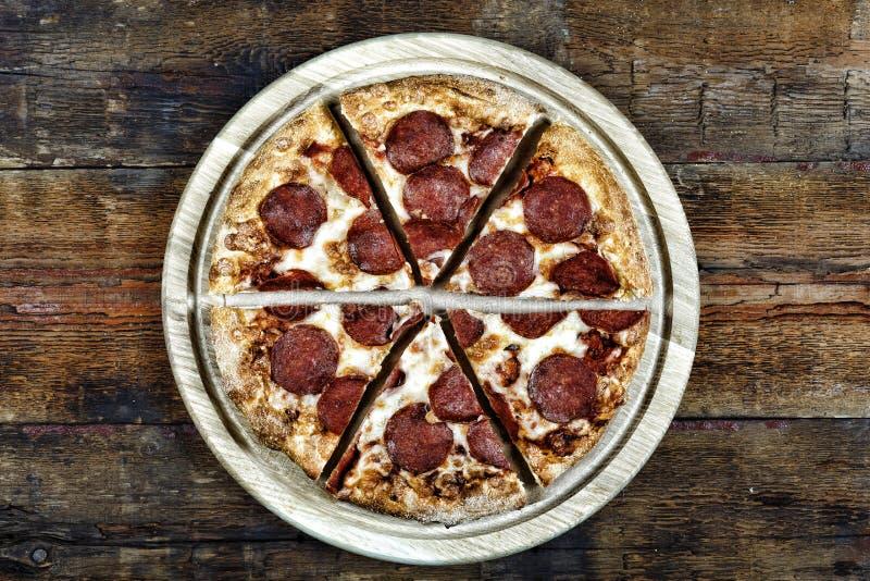 Rustieke stijl pizza, het Italiaans, voedsel, houten lijst, pepperonis, bovenkant, smakelijke mening, kaas, royalty-vrije stock afbeelding