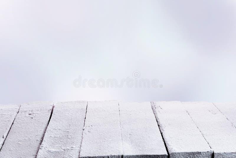 Rustieke witte houten lijst in de wintersneeuw royalty-vrije stock afbeeldingen