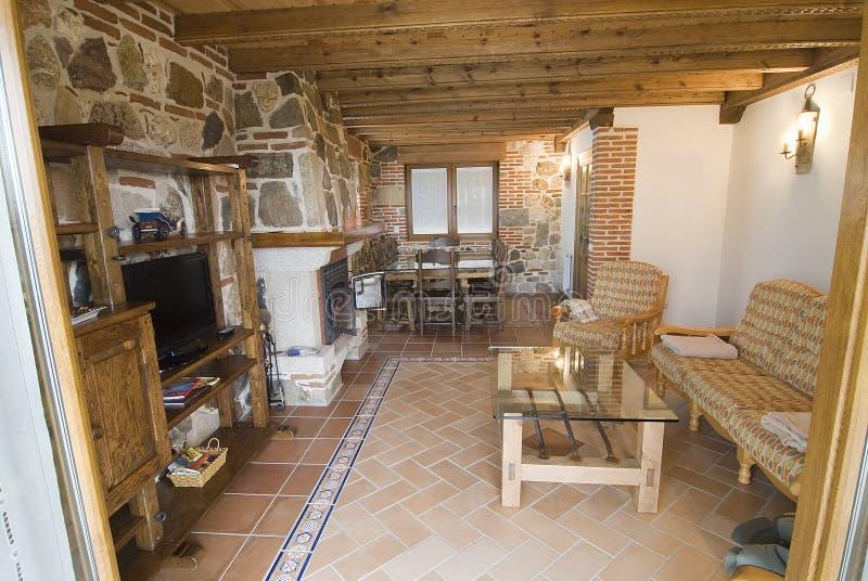 Rustieke woonkamer. stock foto. Afbeelding bestaande uit stoelen ...