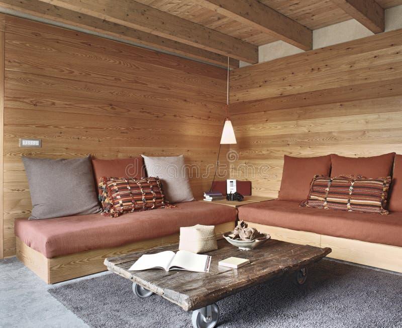 Rustieke woonkamer stock afbeelding. Afbeelding bestaande uit hout ...
