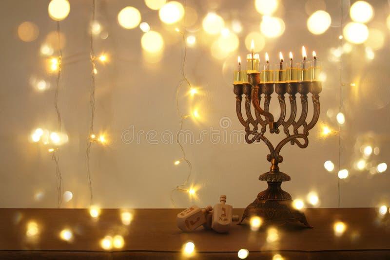 Rustig beeld van de Joodse achtergrond van de vakantiechanoeka met traditionele spinnigbovenkant, menorah & x28; traditionele can stock foto