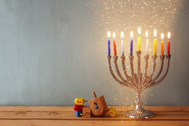rustig beeld van Joodse vakantiechanoeka met menorah (traditionele Kandelabers) en houten dreidels (tol) royalty-vrije stock foto