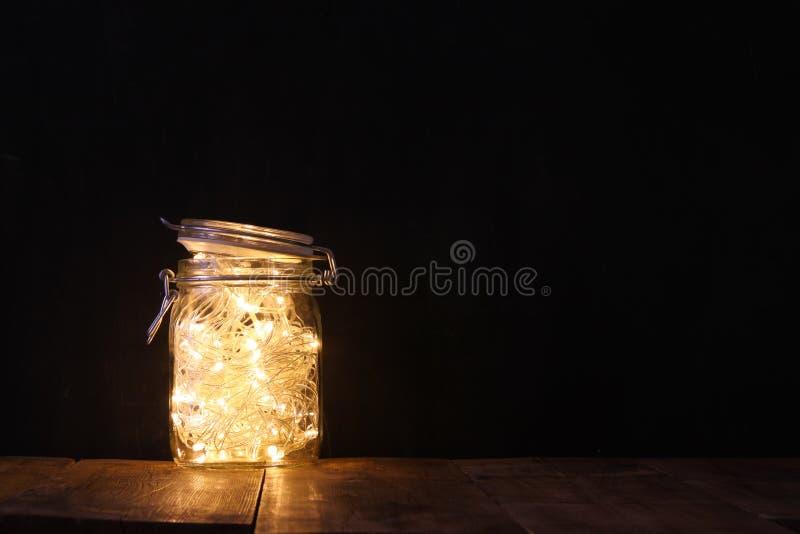 Rustig en wijnoogst gefiltreerd beeld van feelichten in metselaarkruik met Selectieve nadruk stock afbeelding