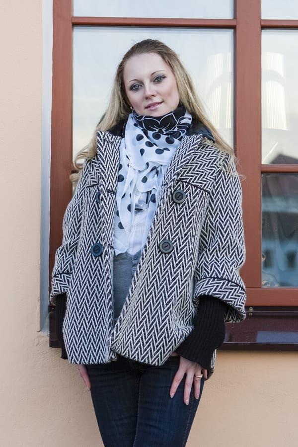 Rustig Kaukasisch Wijfje in Lichte Laag voor het Venster royalty-vrije stock foto's